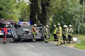 Mercedes-Fahrer knallt gegen Baum – Strecke wieder frei