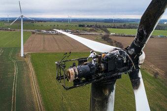 Techniker untersuchen Windrad an A 14