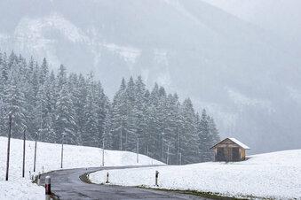 Wanderer bleiben im Neuschnee stecken