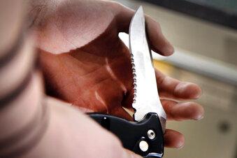 Mann zieht während Prügelei das Messer