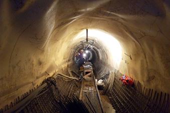 Bergleute sanieren alten Wasserstollen