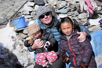 Bergsteiger hilft in Nepal