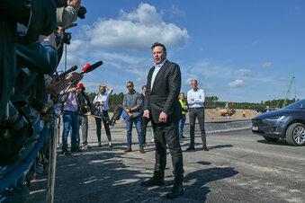Tesla-Chef besucht Baustelle in Grünheide