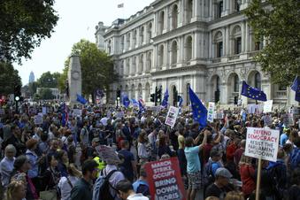 Proteste gegen Zwangspause im Parlament