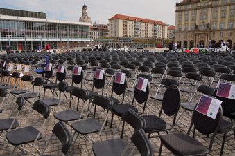 Corona: Leere Stühle auf Dresdner Altmarkt