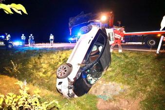 Sächsische Schweiz: Fiat 500 schießt über Kreisverkehr