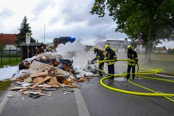 Unrat auf Müllfahrzeug brennt und Verkaufsmobil verliert Diesel