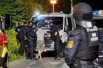 30 Rechtsextreme attackieren Polizei