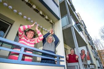 Döbelner applaudieren auf dem Balkon