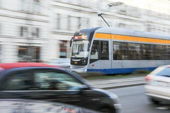 Jugendliche läuft vor Straßenbahn