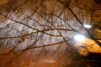Gewitter fegt wie ein kurzer Blizzard über Sachsen
