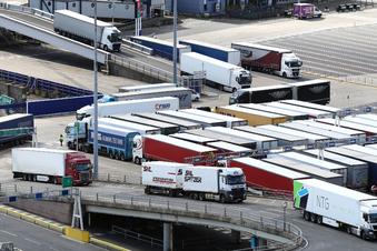 In britischen Häfen stauen sich die Container