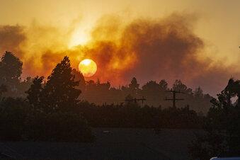 Menschen flüchten vor Feuer in Kalifornien