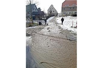 Sturzflut schießt durch Pfaffendorf
