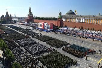 Putin lässt Militär trotz Corona marschieren