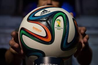"""""""Brazuca"""" rollt in Rio"""