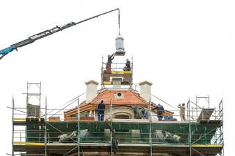 Moritzburg: Ziervase krönt neues Hellhaus-Dach