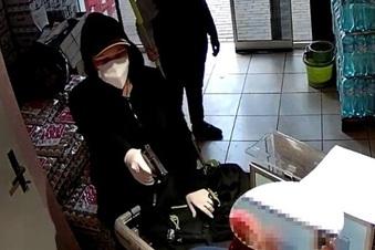 Im Video: Frau überfällt Lebensmittel-Laden