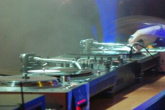 DJs senden aus der Riesaer Stadthalle