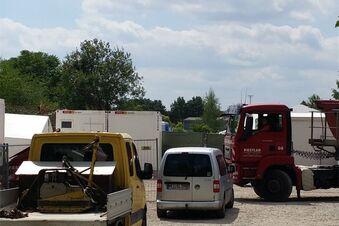 Container treffen in Zeltlager ein