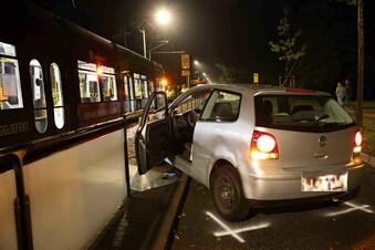 VW Polo wird in Dresden von Straßenbahn mitgerissen