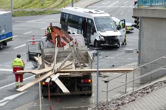 Unfall mit Laster und Kleinbus in Dresden