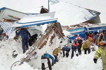 Menschen unter Schneemassen begraben