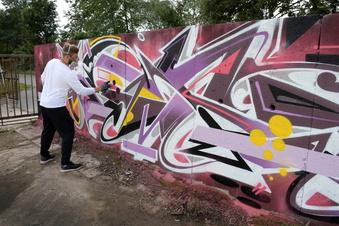 Farbe auf grauem Beton: Graffiti-Künstler sprühen in Döbeln