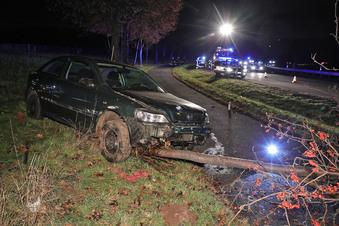 Opel knallt gegen Baum