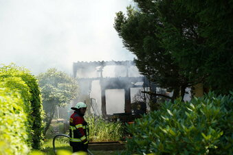 Feuerwehreinsatz: Laube in Löbau brennt ab