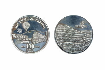 Eine Medaille zu Freitals 100. Geburtstag