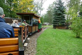 Alte Bahn in Klein Kölzig fährt nun Touristen statt Ton für die Ziegelei