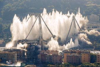 Reste der Brücke von Genua gesprengt