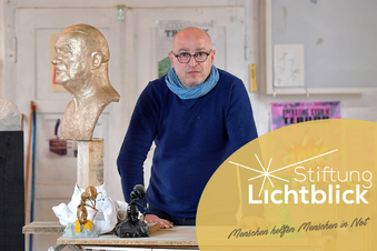 Lichtblick hilft Künstlern - wie diesem Bildhauer