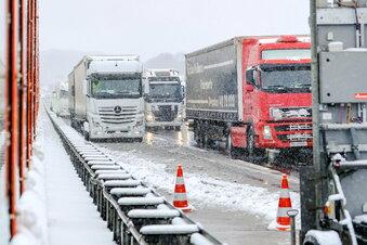 Schnee führt zu Chaos auf den Straßen