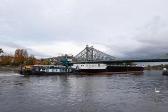 Großer Tanker fährt durch Dresden