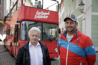 Knallroter Bus fährt zu Görlitzer Drehorten