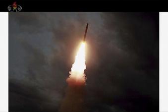 Kim testet Raketen und Trump schmeichelt