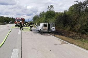 Feuerwehr löscht Pkw auf A14 bei Döbeln
