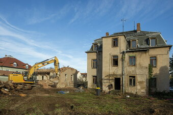 Zwei alte Häuser verschwinden