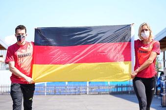 Ludwig und Hausding tragen die Fahne