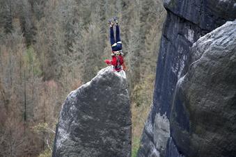 Sächsische Schweiz: Im Kopfstand auf der Felsnadel