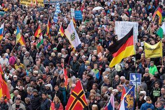 Tausende demonstrieren in Dresden