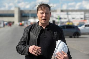 Musk besucht Tesla-Baustelle in Grünheide