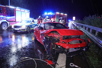 A4: Jaguar kracht bei Regen in Laster