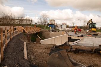 Zelt und Zaungäste an Mülbitzer Baustelle