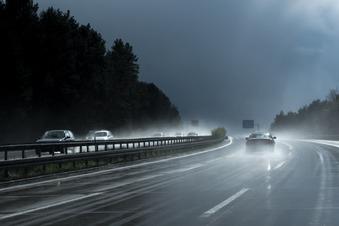 Mercedes prallt auf A4 gegen Leitplanke