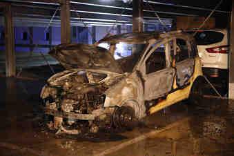 Auto brennt in Dresdner Parkhaus