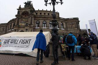 Flüchtlinge und Unterstützer besetzen Theaterplatz