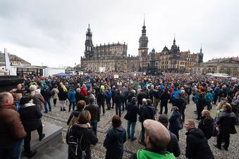 Protest in Dresden: Maskenlos auf engem Raum